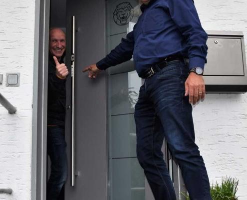 Besichtigung der neuen Haustür