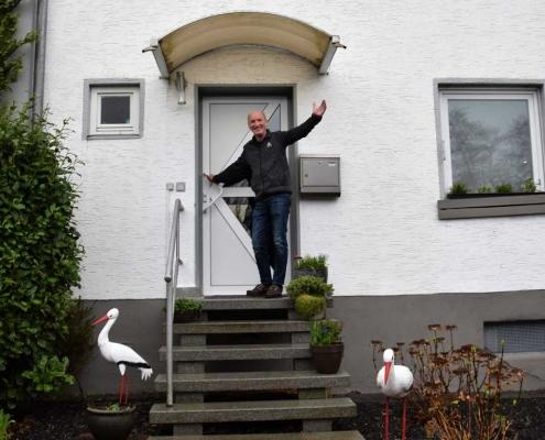 Rüdiger Storch vor der alten Haustür